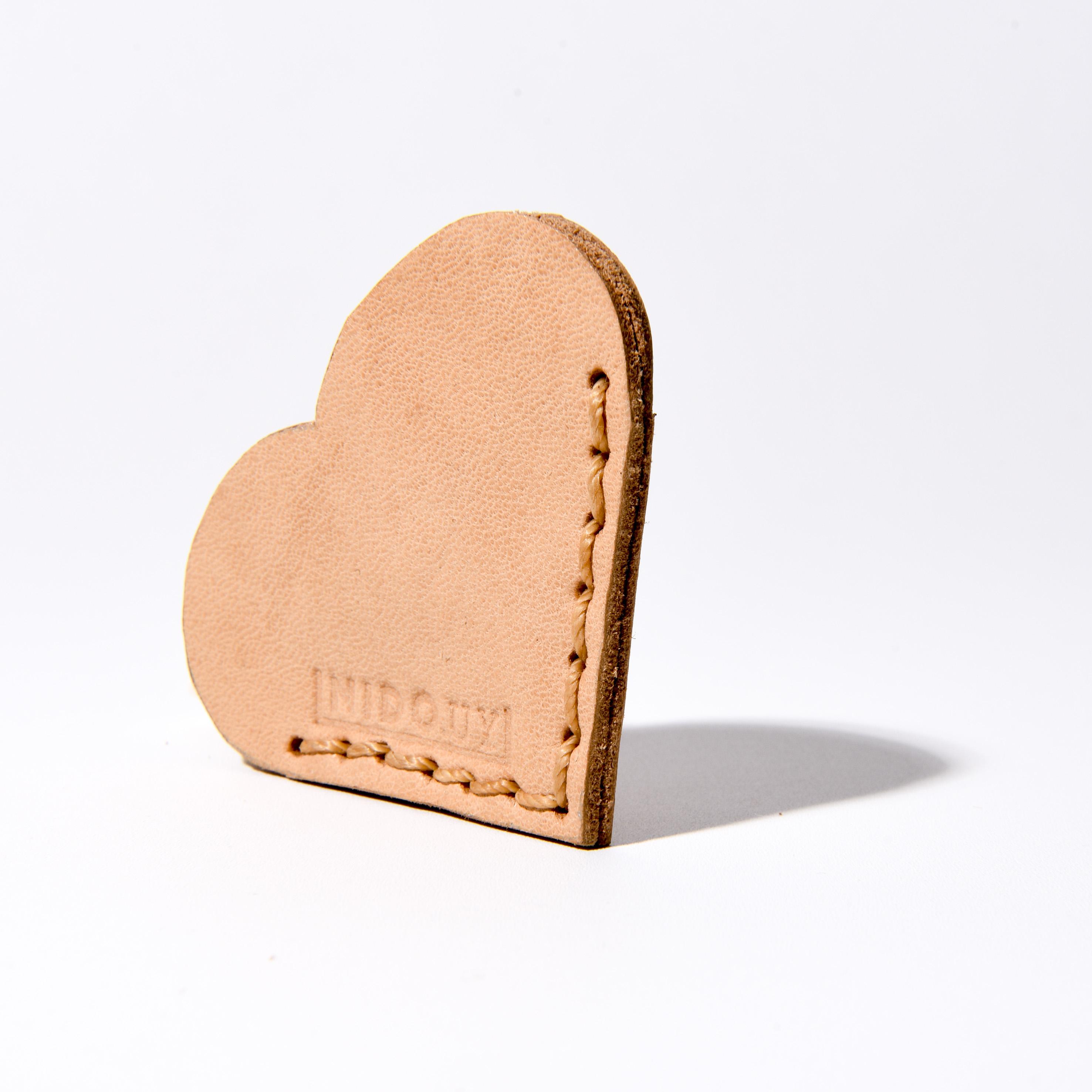 Marcador de página en cuero corazón