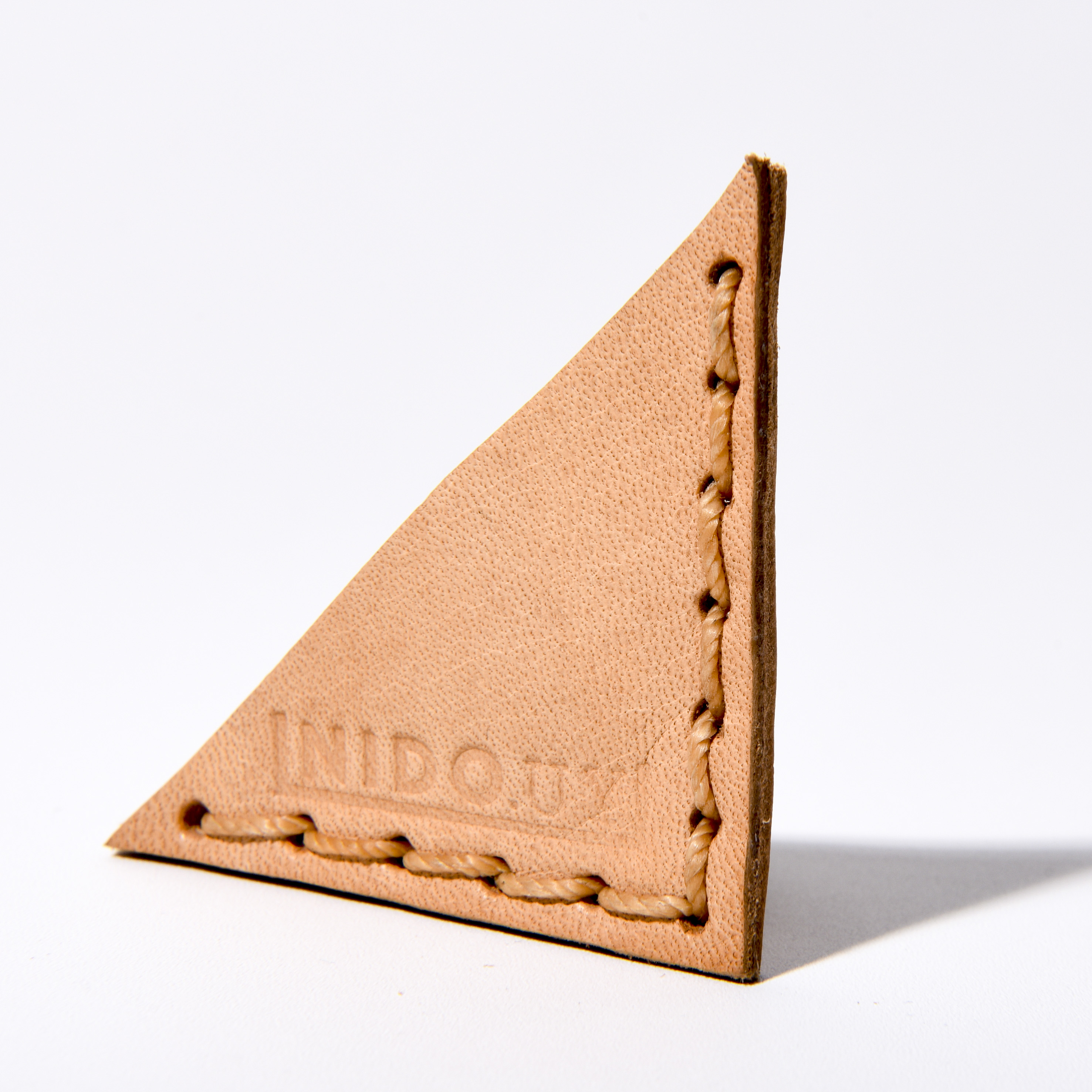 Marca página en cuero triángulo